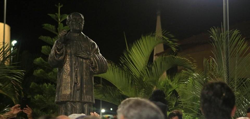 Prefeito Elias Lira inaugura estátua do Padre Renato na Praça da Matriz