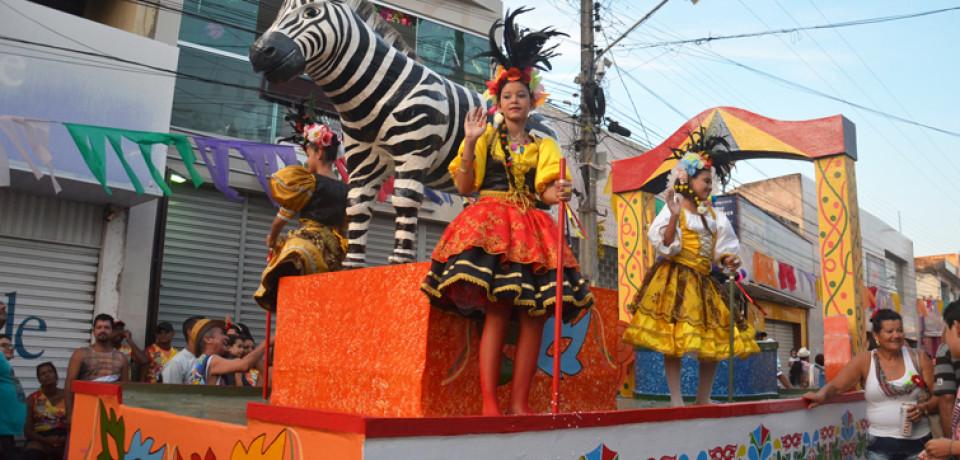 Clubes com nomes de bichos desfilam beleza e exuberância no domingo do Carnaval da Vitória