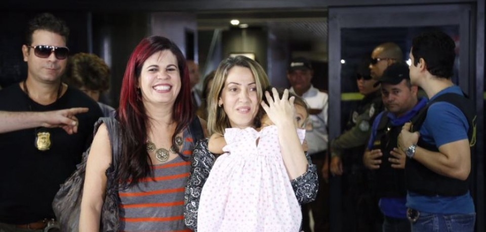 Emoção no reencontro de mãe com a filha que foi raptada pelo pai