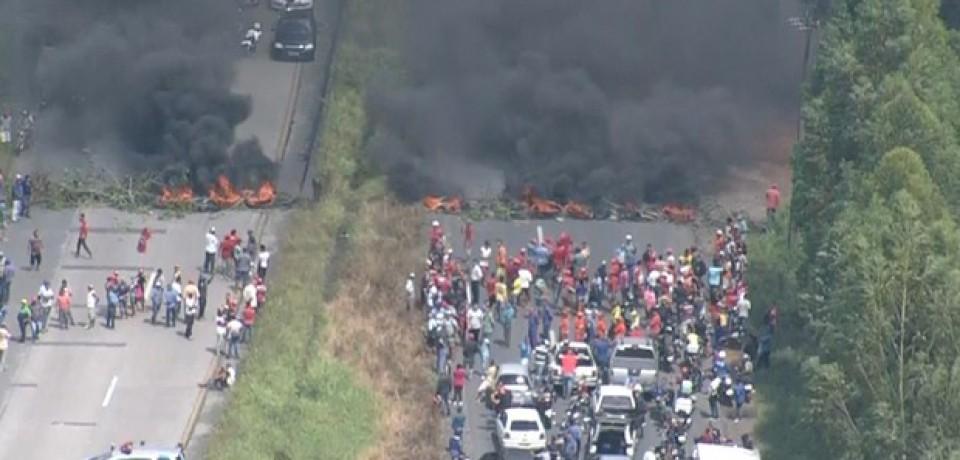 Protesto do MST contra impeachment bloqueia a BR-232, em Moreno