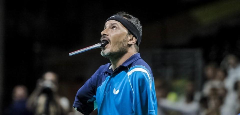 sem os braços, egípcio joga tênis de mesa com a boca